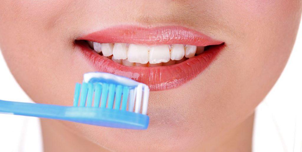 mycie zębów szczoteczka pasta